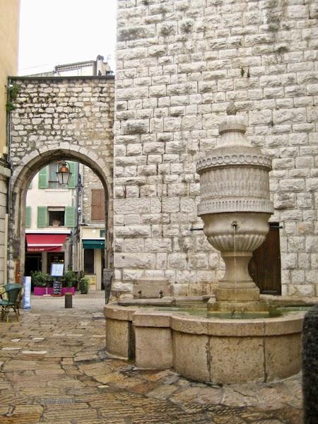 51716-vence-gate-fountain-6538
