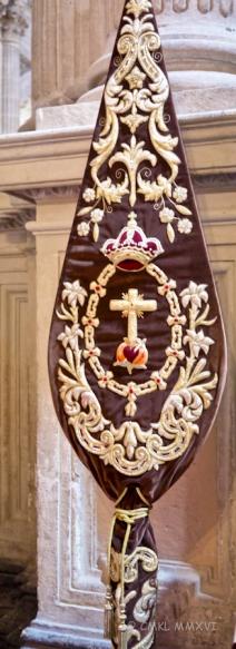 The shield of the Hermandad Sacramental de San Francisco de Asís Y Santa Clara Y Real Cofradía de Penitencia de Nuestro Padre Jesús Cautivo Y María Santísima de la Encernación
