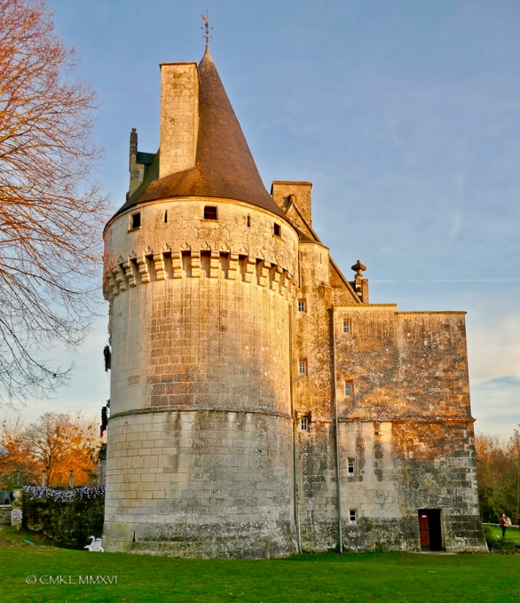 La tour cylindrique avec des mâchicoulis. Der runde Verteidigungsturm. Round tower with battlements.