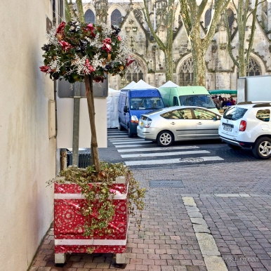 The planters in the pedestrian zone are decked out in the same wrapping paper as the little presents decorating the Christmas trees all over town and the Nordic village.