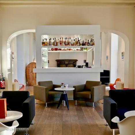 Bar and salons